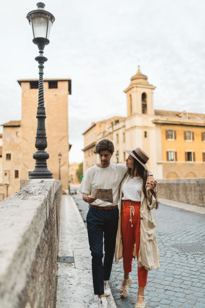 Couple in love discover the Trastevere Neighbourhood in Rome