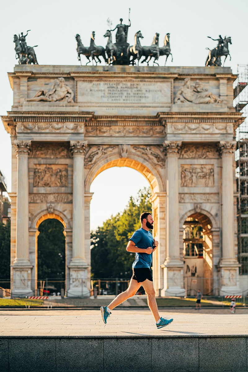 Man-running-in-Milan-Arco-della-Pace