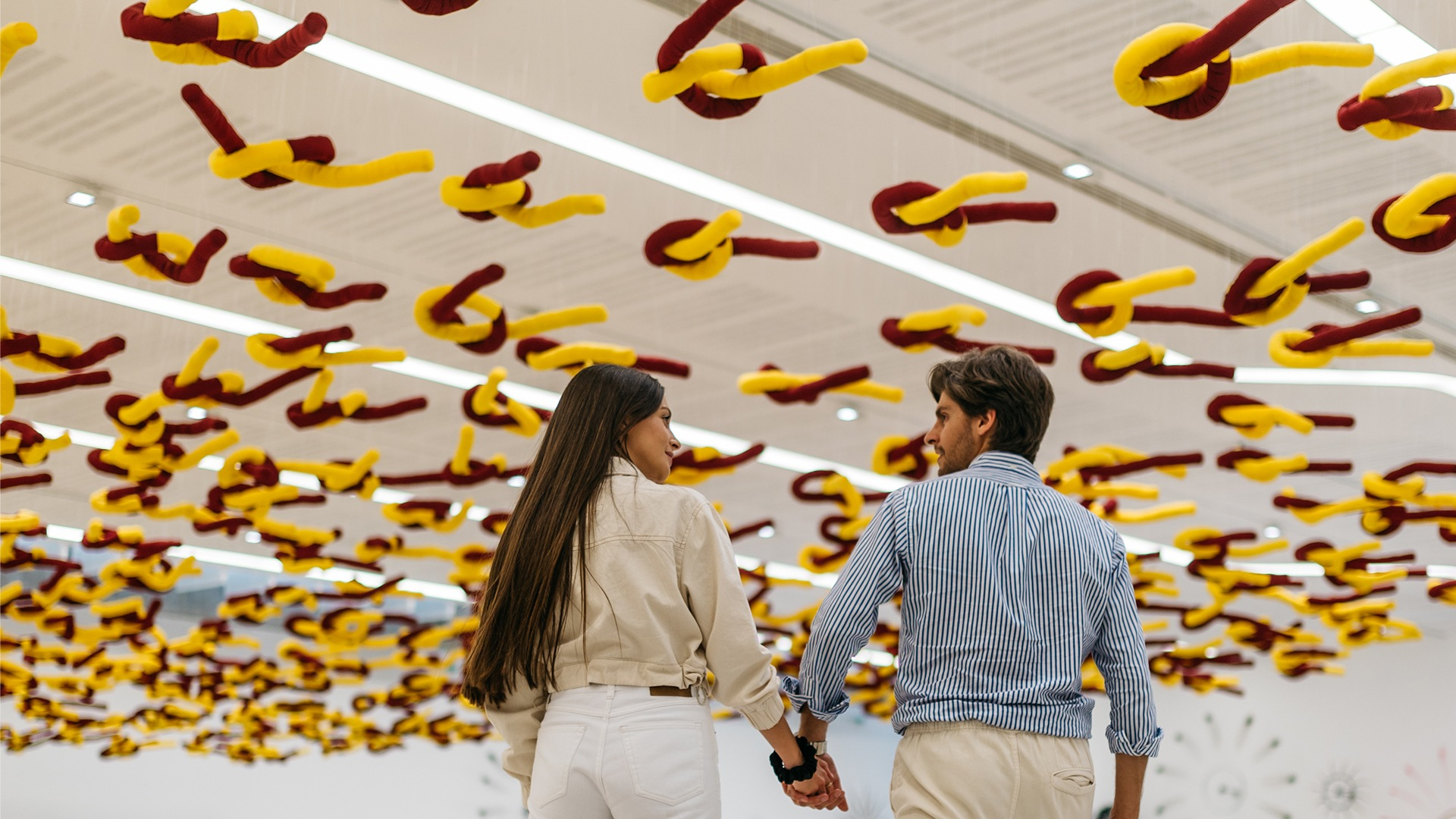 couple-visiting-contemporary-art-museum-in-Roma